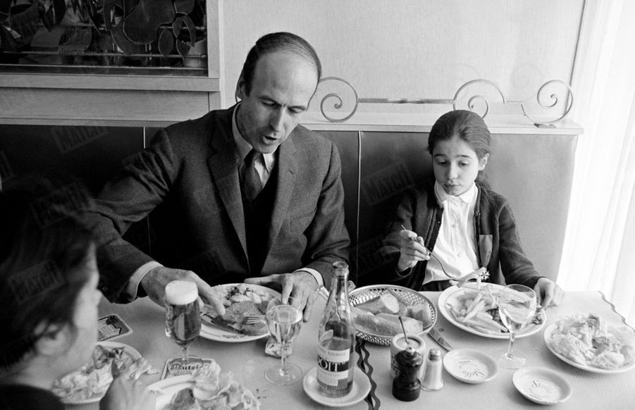 Valéry Giscard d'Estaing déjeunant au restaurant avec ses filles Valérie-Anne, 15 ans, et Jacinte, 8 ans, en avril 1969.