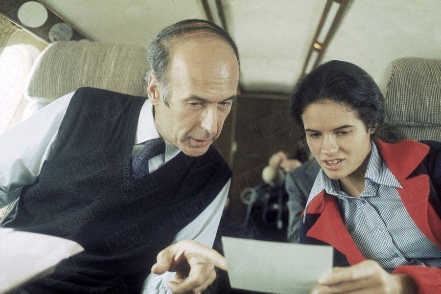 Valéry Giscard d'Estaing avec sa fille Valérie-Anne, en avion lors de sa campagne présidentielle, en avril 1974.
