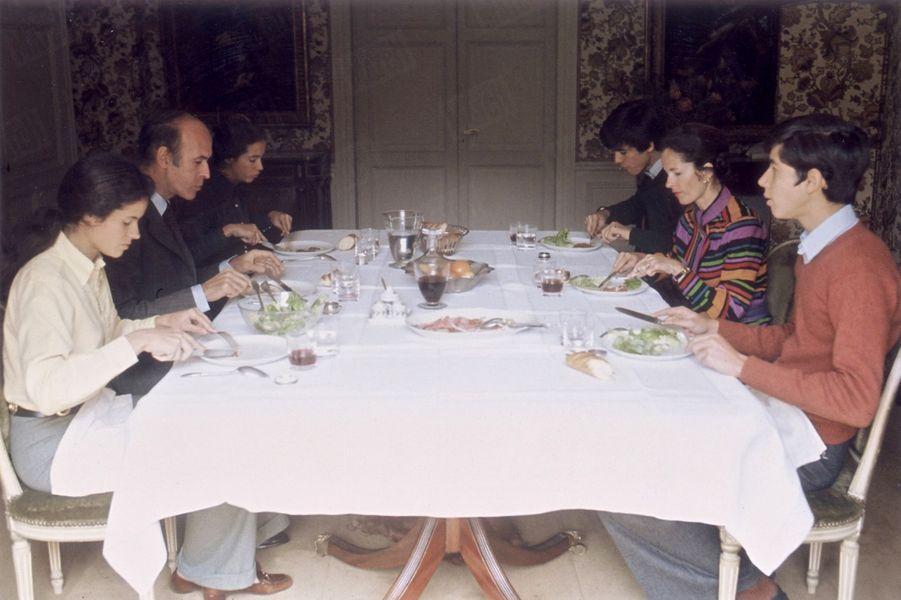 Valéry Giscard d'Estaing déjeune en famille, au lendemain de son élection à la présidence de la République.