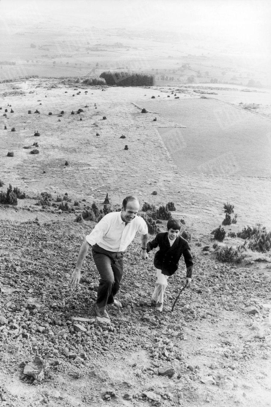 Valéry Giscard d'Estaing en promenade avec son fils Henri, 10 ans, gravissant le puy de Lassolas (1 195 mètres) en Auvergne, en août 1967.