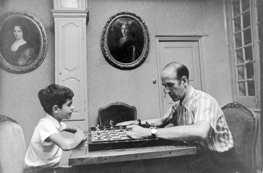 Valéry Giscard d'Estaing joue aux échecs avec son fils Henri, 10 ans, dans la maison familiale de Chanonat, dans le Puy-de-Dôme, en août 1967.