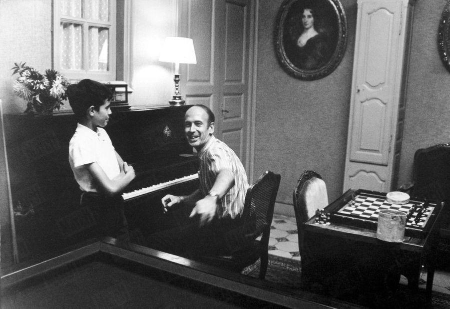 Valéry Giscard d'Estaing joue Bach et Haendel au piano pour son fils Henri, 10 ans, dans la maison familiale de Chanonat, dans le Puy-de-Dôme, en août 1967.