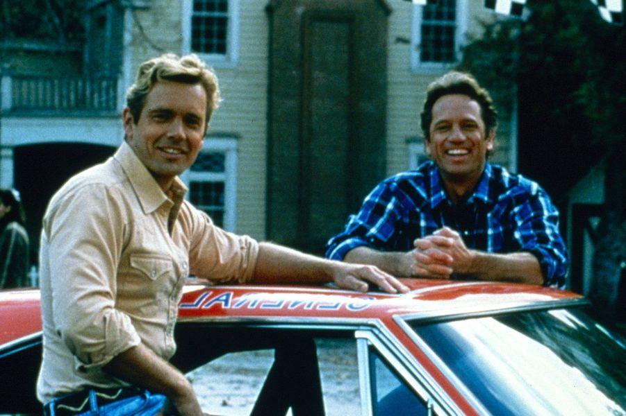 Récemment endeuillée par le décès de James Best qui jouait le rôle du shérif Rosco, la série «Shérif, fais-moi peur» a dûfaire face pendant la diffusion au départ de John Schneider et Tom Wopat, qui jouaient les rôle de Luke et Bo Duke, les conducteurs de «General Lee» et héros du show. En 1982, les deux acteurs demandent de trop importantes augmentations de salaires, arguant qu'ils étaient indispensables à la série. Les producteurs tentent alors de leur prouver le contraire en les évinçant de la cinquième saison. Les personnages sont remplacés par Coy et Vance, les cousins des Duke. Mais la chute des audiences oblige le créateur, Gy Waldron, à réengager les deux comédiens. La série bénéficie de deux saisons supplémentaires avant de s'arrêter en 1985 au bout de sept saisons. La série aux 147 épisodes a fait l'objet d'une adaptation cinématographique en 2005.