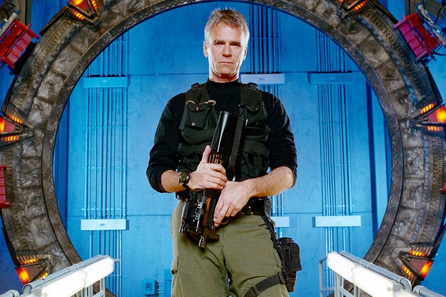 Interprété par Richard Dean Anderson (également «MacGyver»), le colonel O'Neill est un personnage phare du Stargate Command, branche secrète de l'US Air Force, avant de devenir le chef du «Système de Défense Terrien» et de partir dès le début la saison 9. L'acteur souhaitait passer plus de temps en famille. Le personnage ne disparaît pas totalement pour autant puisqu'il fait encore quelques apparitions de temps à autre.La série de science fiction se poursuit encore sur deux saisons avant de s'arrêter à la fin de la dixième année de production. Bien que la série ne souffrait pas de mauvaises audiences après le départ de Richard Dean Anderson, les puristes de la série considèrent que cela marquait le début de la fin.
