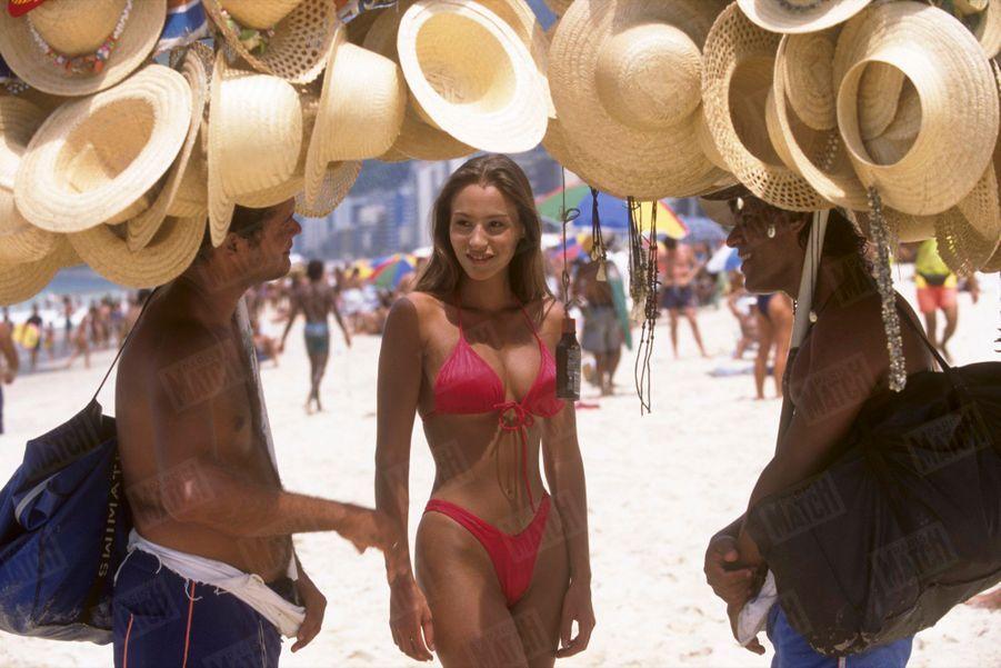 Vanessa Demouy sur la plage d'Ipanema, à Rio, lors de son premier rendez-vous photo avec Paris Match, en février 1995.