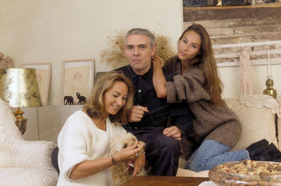 « Entre deux séances photo, Vanessa Demouy a besoin de se retrouver en famille, avec ses parents, Catherine et Gérard, et le chien Eurêka. » -Paris Match n°2388, 2 mars 1995.