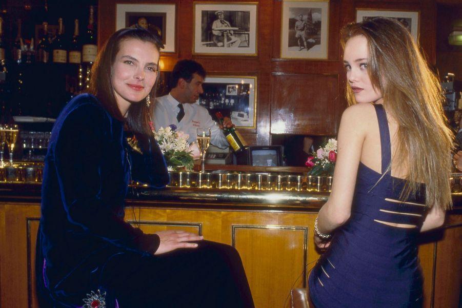 """Après la cérémonie de la 15e Nuit des Césars, Carole Bouquet, Meilleure actrice de l'année, et Vanessa Paradis, Espoir féminin, se sont retrouvées devant le bar du """"Fouquet's""""."""