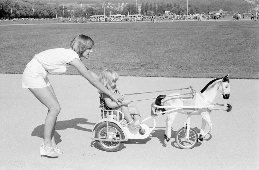 « L'une des distractions préférées de Véronique Jannot en vacances : elle joue avec Loan et Estelle, ses deux filleules. Elle aimerait plus tard avoir cinq ou six enfants. » - Paris Match n°1586, 19 octobre 1979