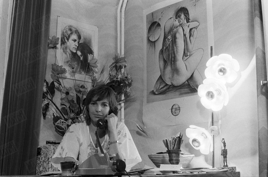 « La rançon du vedettariat: Véronique a dû faire mettre son numéro de téléphone sur la liste rouge pour ne plus être dérangée par ses admirateurs. » - Paris Match n°1593, 7 décembre 1979
