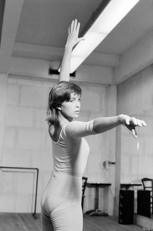 « Quatre fois par semaine, Véronique Jannot va au cours de danse travailler la souplesse et le contrôle de son corps. Ex-joueuse de handball, elle refuse, même à Paris, de perdre la forme. » - Paris Match n°1593, 7 décembre 1979