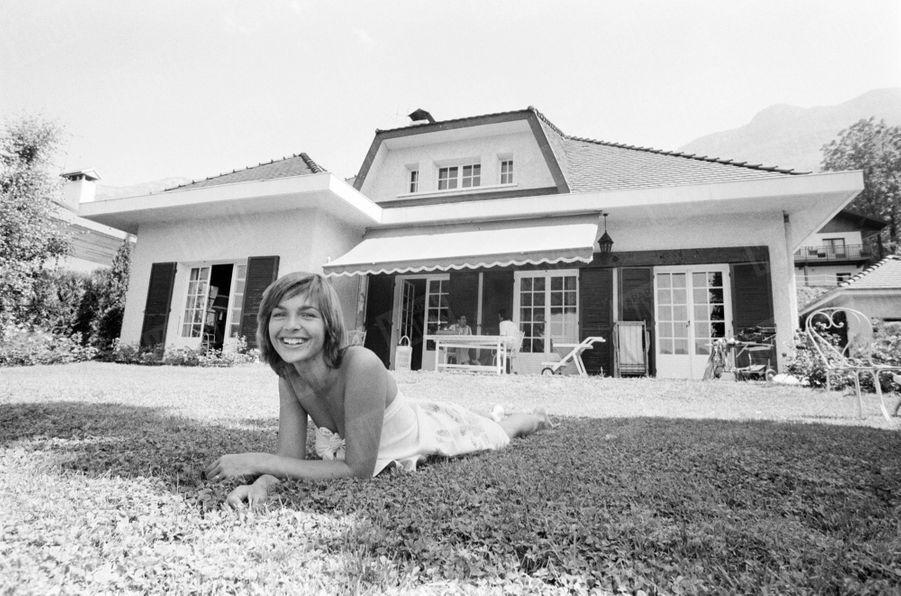 Véronique Jannot chez ses parents, au bord du lac d'Annecy, en août 1979.