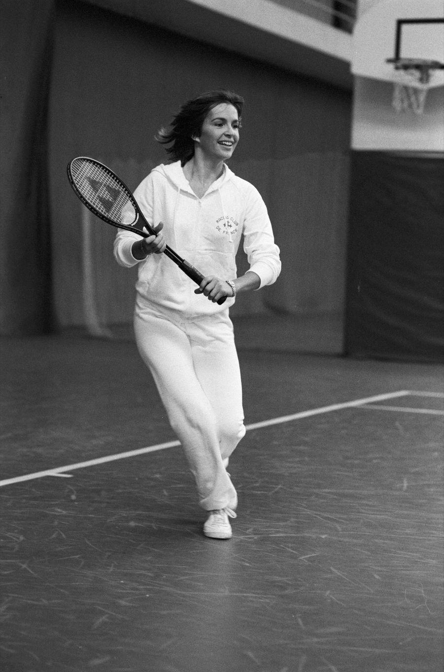 « Hors tournage, Véronique Jannot mène la vie calme des jeunes filles sages. Tennis avec Patrick Proisy pour améliorer sa technique, cours d'arabe pour le plaisir de l'esprit et longues soirées paisibles à la maison. » - Paris Match n°1593, 7 décembre 1979