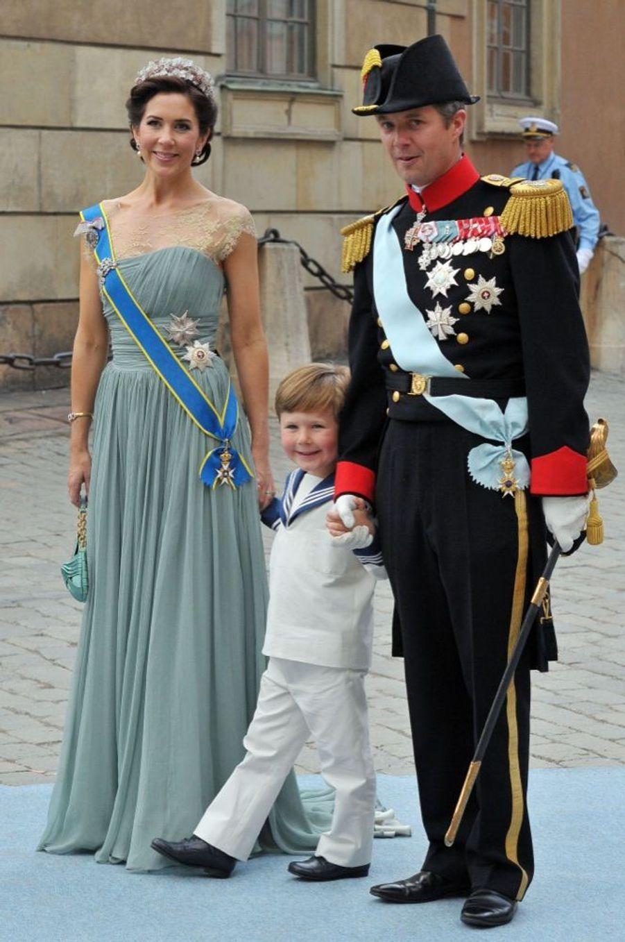 Mary etFrederik de Danemark, avec leur fils Christian, aumariage de la princesse Victoria de Suède et de Daniel Westling, samedi 19 juin 2010 au palais royal de Stockholm.