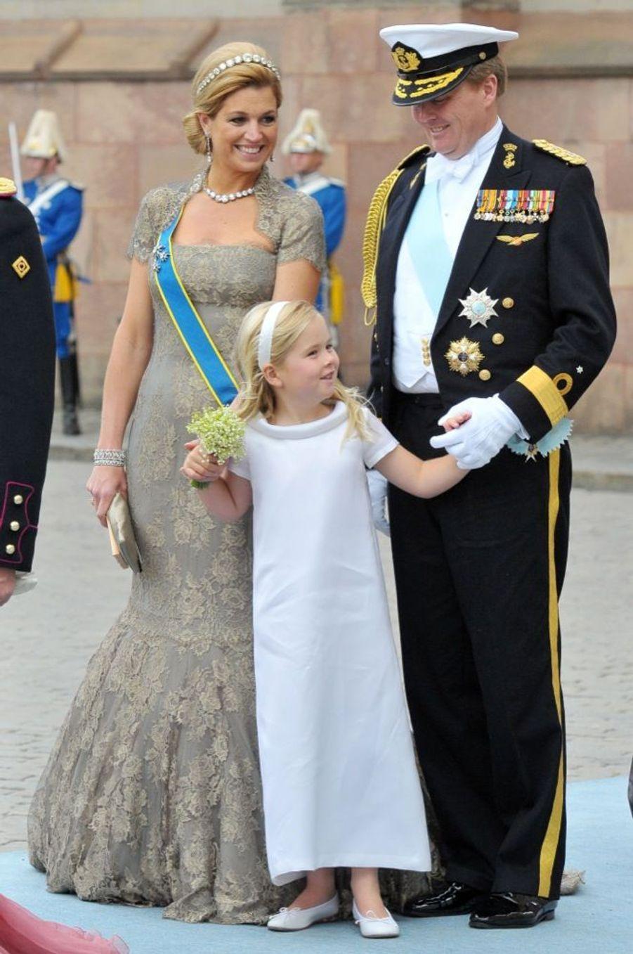 Maxima et Willem-Alexander des Pays, avec leur fille Catharina-Amalia au mariage de la princesse Victoria de Suède et de Daniel Westling, samedi 19 juin 2010 au palais royal de Stockholm.