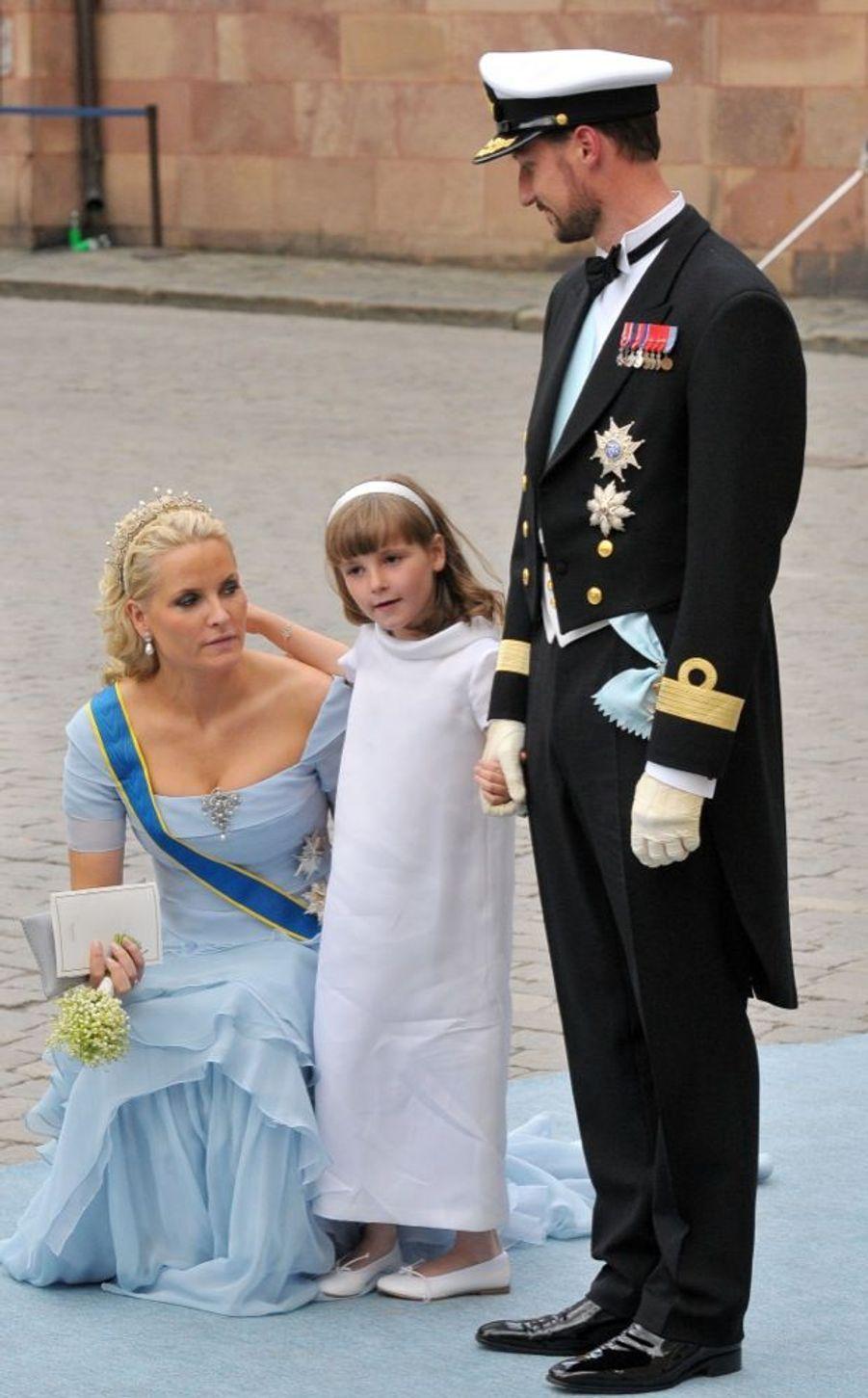 Mette-Marit et Haakon de Norvège, avec leur fille Ingrid-Alexandra, au mariage de la princesse Victoria de Suède et de Daniel Westling, samedi 19 juin 2010 au palais royal de Stockholm.