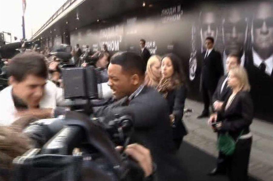 Le 18 mai 2012 à Moscou, il embrasse Will Smith... qui le frappe