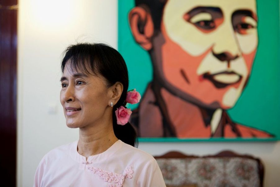 Vous n'avez pas résisté au sourirede cette militante birmane, prixNobel de la paix 1991, qui n'estplus assignée à résidence depuisun mois. Elle a reçu Nestor Kach(Fédéphoto) dans sa maison deRangoon, sous le portrait de sonpère, le général Aung San : lecombat pour la liberté est unetradition defamille.Delon etAdjani rejouant« Borsalino »,RichardBransonavec sa dernièreconquête, etnotre Rafale F2Marine serontbeaux joueurs…