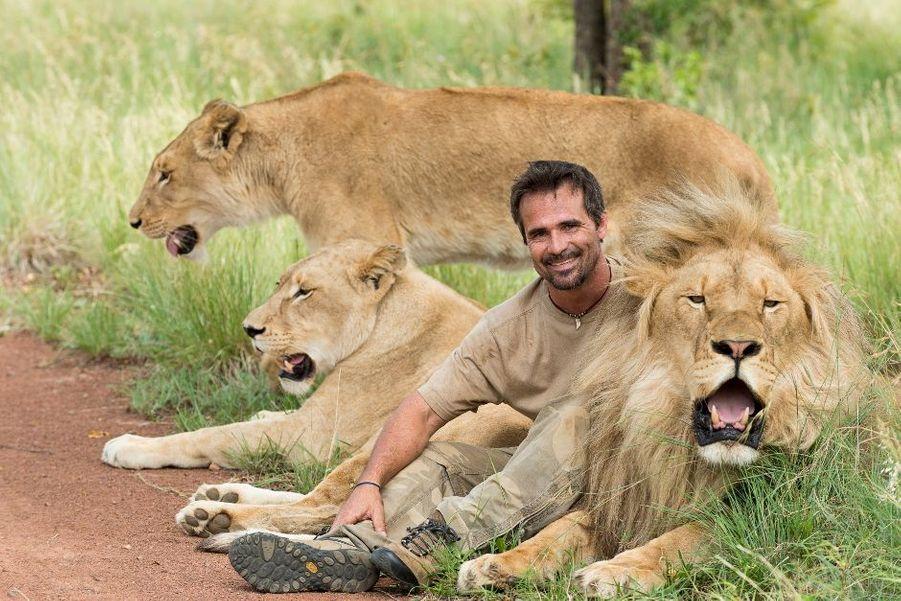 Philippe Petit nous faitpartagerson étonnementdevantcette famille recomposéeétonnante,KevinRichardsonet quelques-unsde ses meilleursamis, dans laréservede Dinokeng,en Afrique du Sud.Si le lion montre les dents,ce n'est pas pour menacernotre intrépide photographemais pour protéger soncher Kevin : 56 % de votesfavorables. Pierre Koenig etPierre Messmeren 1964au Panthéon,JacquesChancelet ClaudeLelouchontété croquéspar le roi desanimaux.