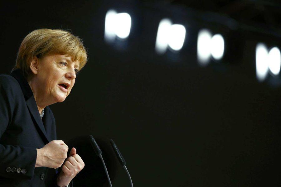 Bien qu'Angela Merkel ait promis le 14 décembre devant son parti de «réduire de manière perceptible» le flot de réfugiés, la chancelière allemande a été désignée le 9 décembre personnalité de l'année 2015 par Time, notamment pour son attitude face à la crise des migrants.Le magazine américain a salué sa capacité à «faire face» aux défis qui se sont présentés à l'Europe tout au long de l'année, comme également la crise grecque, et la menace du groupe Etat islamique. «Parce qu'elle a demandé davantage à son pays que la plupart des politiciens auraient osé, parce qu'elle a tenu bon face à la tyrannie et à l'opportunisme et parce qu'elle a amené un leadership moral ferme dans un monde où il se fait rare, Angela Merkel est la personnalité de l'année de Time».