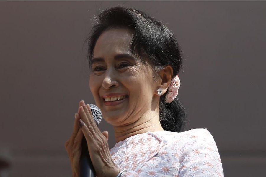 Aung San Suu Kyi est la fondatrice et chef de file de la Ligue nationale pour la démocratie (LND), qui a gagné les premières élections libres de Birmanie (le 8 novembre dernier). Le parti créé par la «Dame de Rangoun» en 1980 a remporté la majorité absolue au Parlement, avec plus de 80% des suffrages. Une victoire reconnue cette fois - en 1990, la junte avait refusé d'admettre la victoire écrasante de la LND, deux ans après avoir réprimé dans le sang les manifestations pacifiques de l'opposition. La lauréate du prix Nobel de la paix 1991 a encore beaucoup à prouver,notamment en terme de droits des minorités (à l'instar des Rohingyas), mais elle a entre ses mains la transition démocratique de son pays.