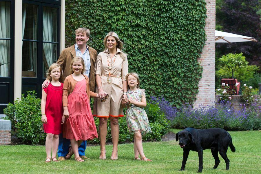 Le nouveau roi des Pays-Bas, Willem Alexander, son épouse d'origine argentine, Maxima, et leurs trois filles,Catharina-Amalia, Alexia et Ariane se sont prêtés de bonne grâce à la traditionnelle séance photos dans les jardins de la résidence royale à Wassenaar le 19 juillet. Il s'agit d'un rituel qui a lieu chaque année en période estivale. Mais c'est bien sûr la première fois que Willem-Alexander y participe en tant que roi et Maxima en tant que reine. Les photographes se sont donc pressés par dizaines autour du jeune souverain et de ses proches. Mais la véritable star de cette séance, visiblement ravie d'être sur tous les clichés, est le labrador royal, Skipper, symbole fougueux d'une monarchie décontractée.