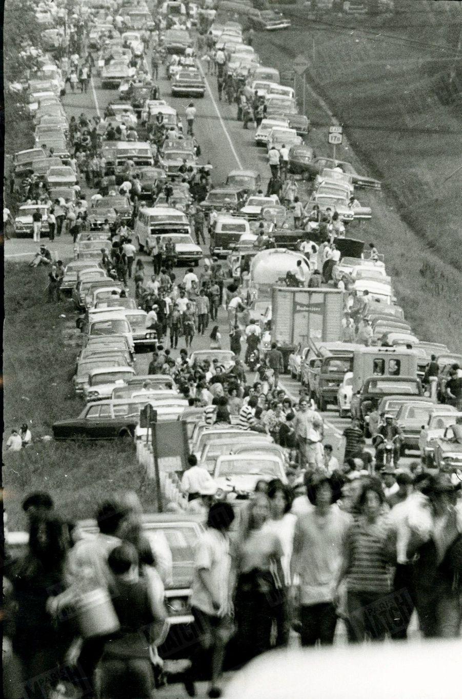 «A pied et en voiture, la clientèle bariolée de la nouvelle ruée vers le rock.» - Paris Match n°1060, 30 août 1969