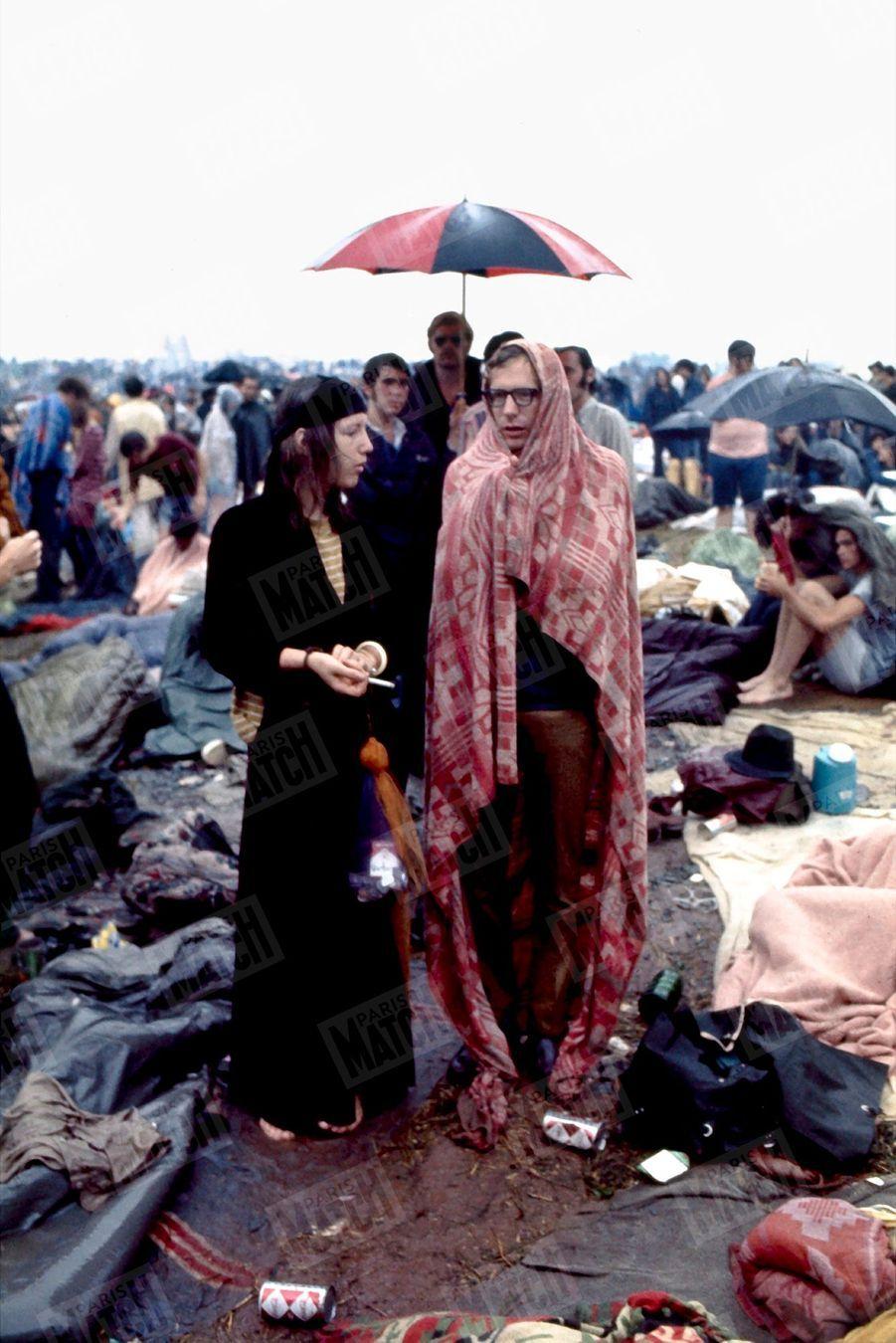 «Trempés et affamés, ils n'ont pas dormi pendant trois jours pour entendre leur idole Joan Baez. Rien n'affecte la sérénité des hippies. La pluie rapprocha ceux qui n'avaient pas de parapluie.» - Paris Match n°1060, 30 août 1969