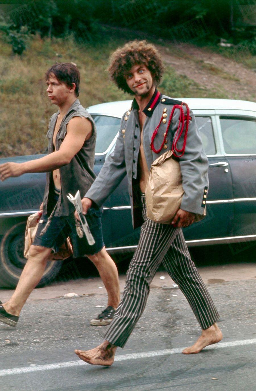 «Deux pèlerins en marche vers Bethel : prudents, ils emportent avec eux un sac de provisions.» - Paris Match n°1060, 30 août 1969