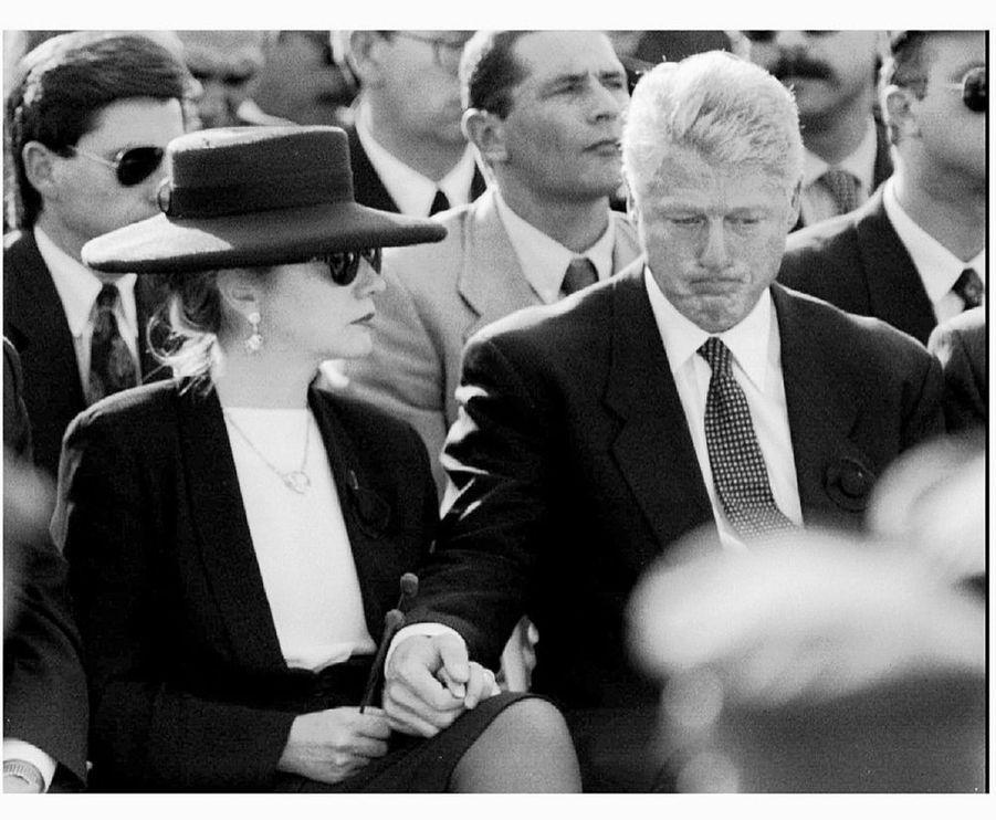 «Clinton, bouleversé, cherche le réconfort de Hillary : Le couple présidentiel américain vit les funérailles non comme une cérémonie officielle mais comme un bouleversant adieu à un proche.» - Paris Match n°2425, 16 novembre 1995