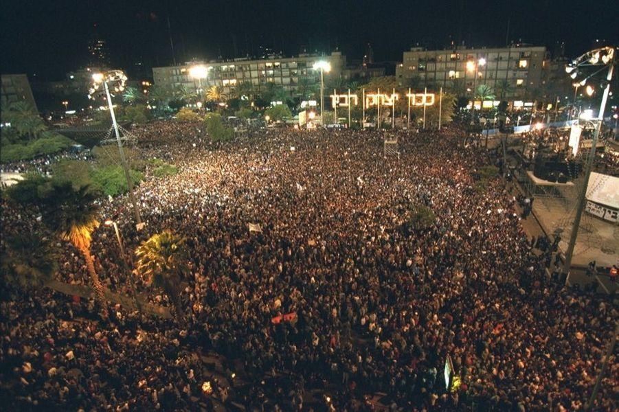 L'espoir : le rassemblement en mémoire d'Yitzhak Rabin, Place des Rois-d'Israël, lieu de son assassinat, le 12 novembre 1995.