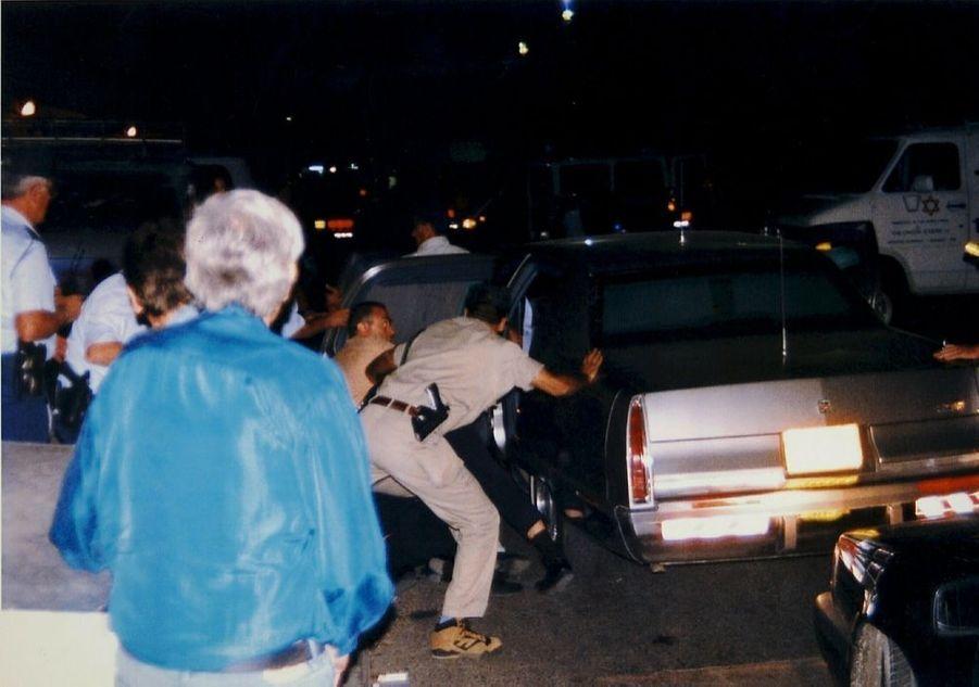 « Aussitôt après l'attentat, les policiers hissent le Premier ministre dans la voiture. » - Paris Match n°2425, 16 novembre 1995