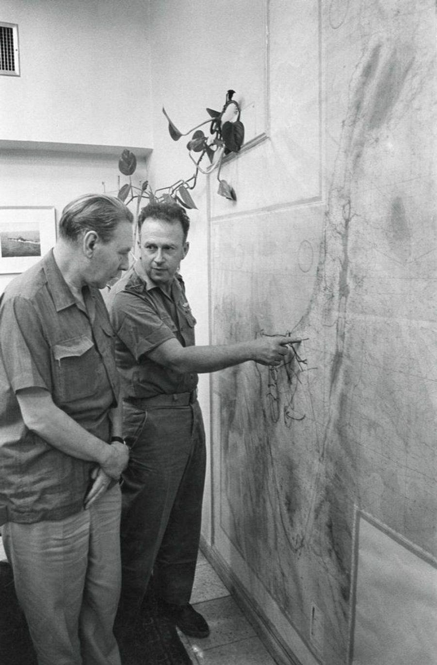 Yitzhak Rabin, chef d'état-major général de l'armée israélienne, s'entretient dans son bureau de Tel-Aviv avec le général français André Beaufre, lors de la guerre des Six Jours, en juin 1967.
