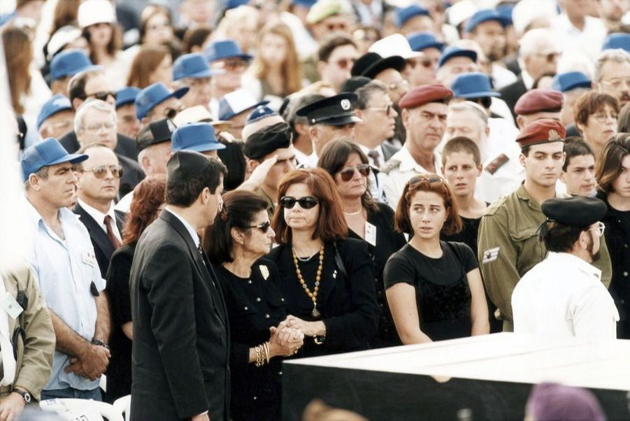 Les obsèques d'Yitzhak Rabin, le 6 novembre 1995. Sa veuve Leah entourée de sa famille, son fils Yuval, sa fille Dalia, ses petits-enfants Noa et Yonatan.