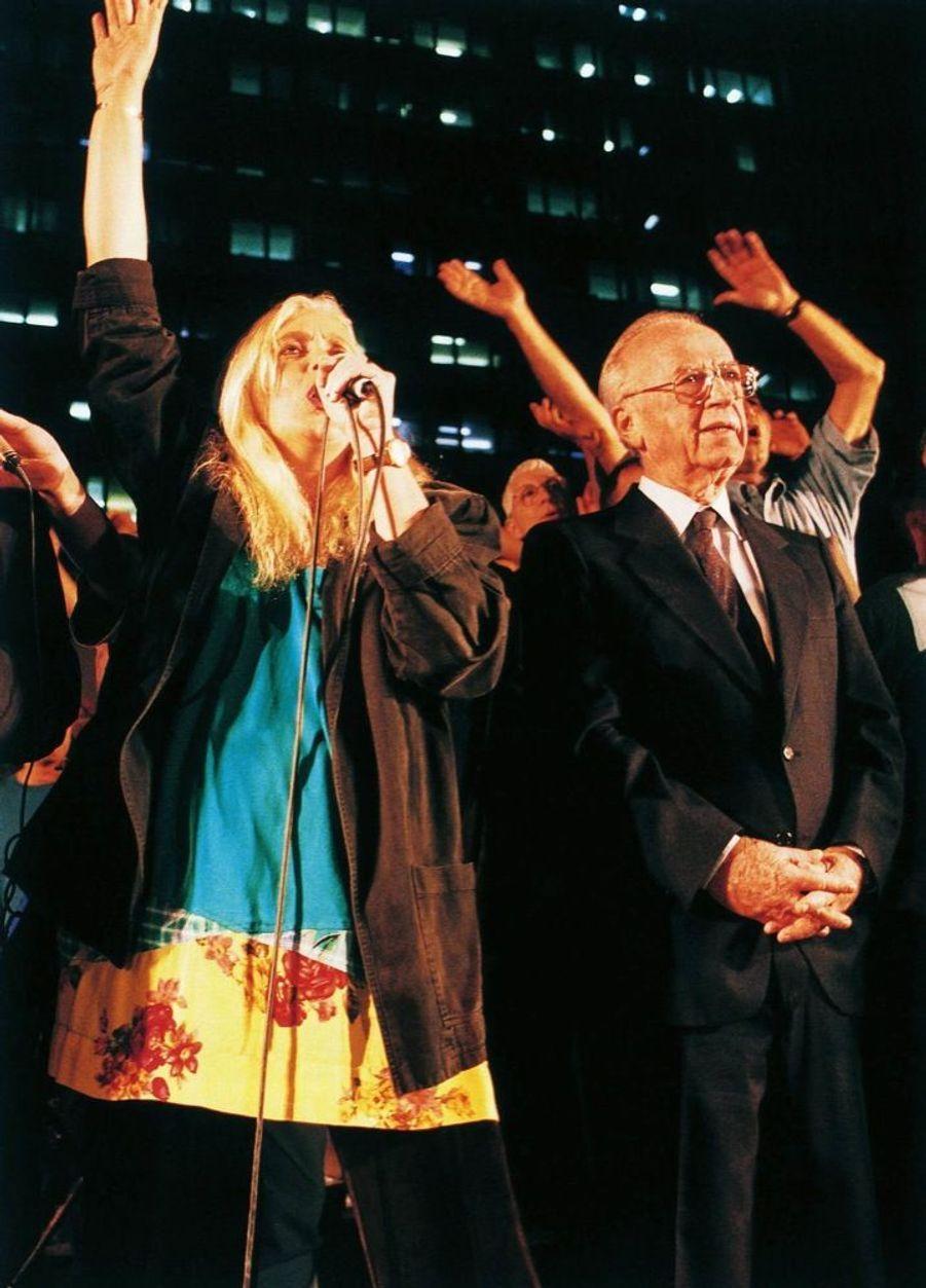 « Samedi soir, pour la première fois, avec les 100 000 manifestants pacifistes rassemblés place des Rois-d'Israël, Yitzhak Rabin, porté par l'enthousiasme de la foule, a chanté en public. On lui avait glissé une feuille sur laquelle étaient écrites les paroles du Chant de la Paix ». Cette feuille qu'il avait ensuite pliée et rangée dans la poche de sa veste a été, quelques minutes plus tard, tachée de son sang. » - Paris Match n°2425, 16 novembre 1995