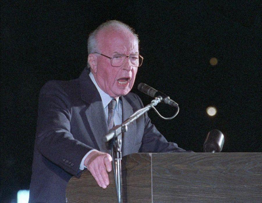 Yitzhak Rabin, à la tribune de la manifestation pour la paix, le 4 novembre 1995 à Tel-Aviv, quelques instants avant sa mort.