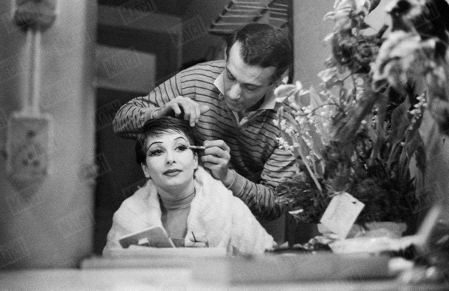 Zizi Jeanmaire et Roland Petit dans les loges de l'Alhambra en février 1958.