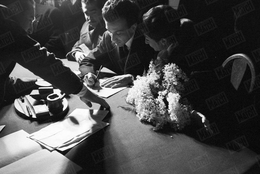 Le mariage de Zizi Jeanmaire et Roland Petit, à la mairie de Saint-Cyr-la-Rivière, le 29 décembre 1954.