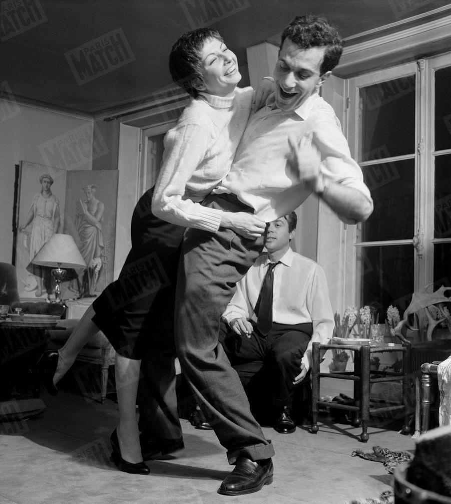 Zizi Jeanmaire et Roland Petit font la fête après leur mariage, en janvier 1955.