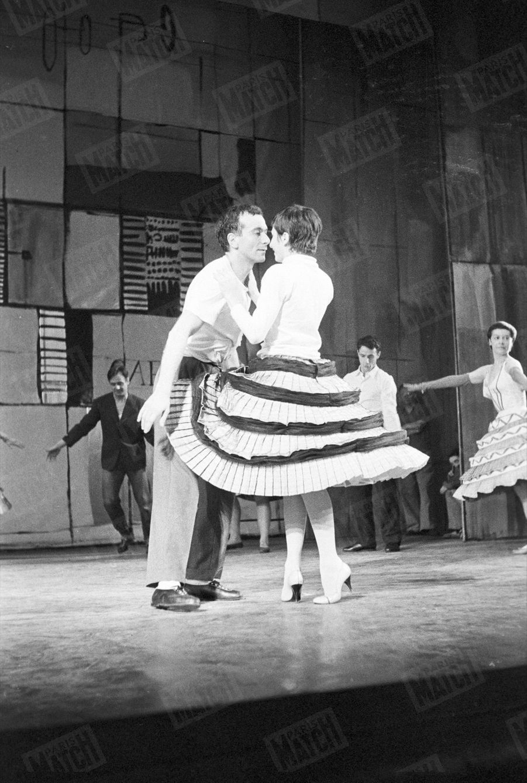 """Zizi Jeanmaire et Roland Petit sur scène dans la comédie musicale """"Valentine ou le vélo magique"""" en septembre 1956."""