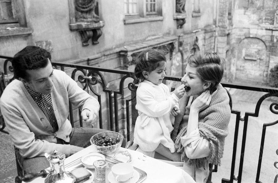 Zizi Jeanmaire, Roland Petit et leur fille Valentine, 4 ans, célèbrent la fête des mères, en mai 1959.