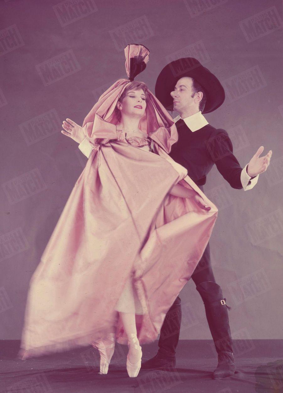 Zizi Jeanmaire et Roland Petit, dans les costumes de Roxane et Cyrano, créés par Yves Saint-Laurent, sur la scène de l'Alhambra en avril 1959.