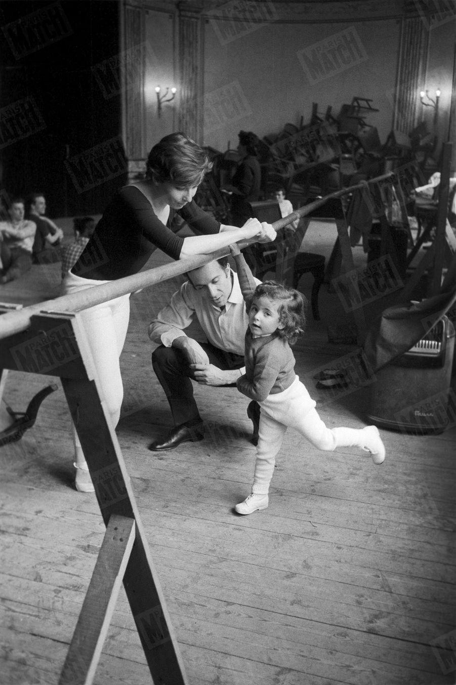 Zizi Jeanmaire et Roland Petit avec leur fille Valentine, 3 ans, lors des répétitions de Cyrano de Bergerac, sur la scène de l'Alhambra en mars 1959.