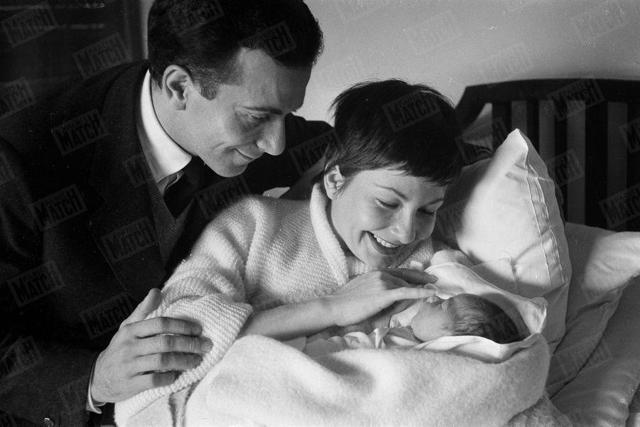 Zizi Jeanmaire et Roland Petit, à la naissance de leur fille Valentine, à l'Hôpital Américain de Neuilly-sur-Seine, fin octobre 1955.