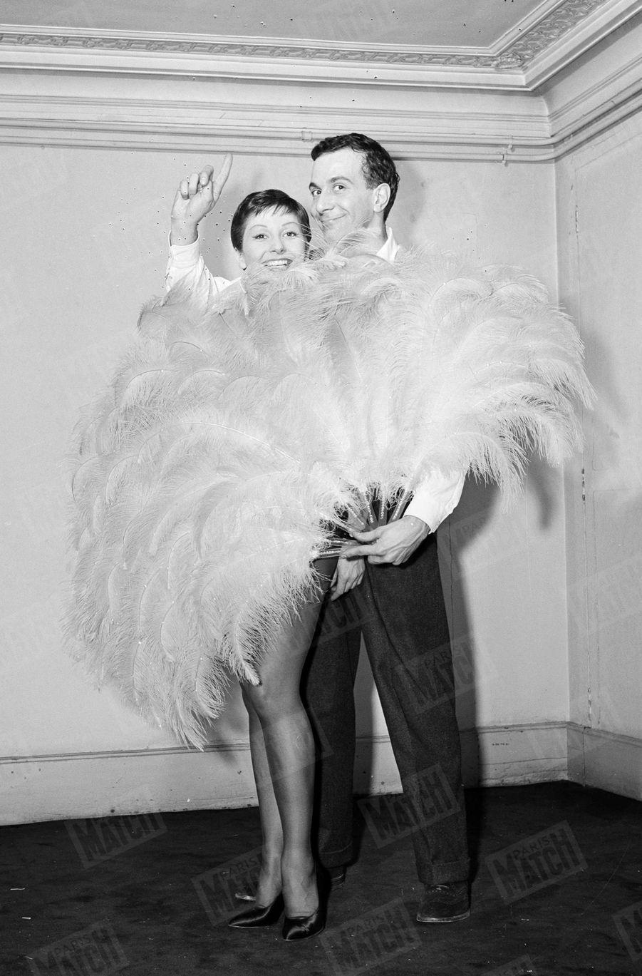 """Zizi Jeanmaire et Roland Petit dans les studios de cinéma de Boulogne-Billancourt, lors du tournage du film """"Folies-Bergère"""", en février 1956."""