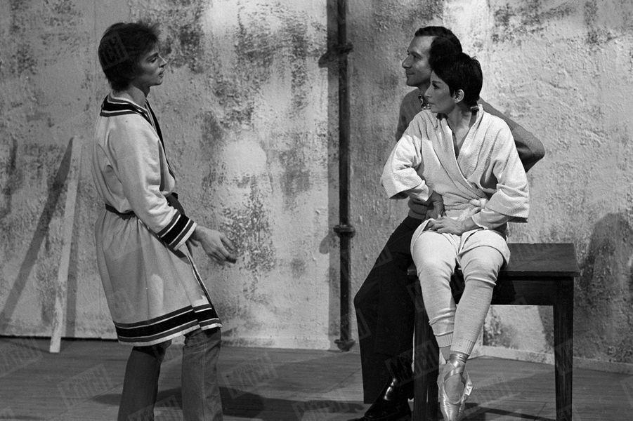 """Zizi Jeanmaire et Roland Petit en compagnie de Rudolf Noureev, lors du tournage pour la télévision du ballet """"Le Jeune Homme et la Mort"""", en décembre 1966."""