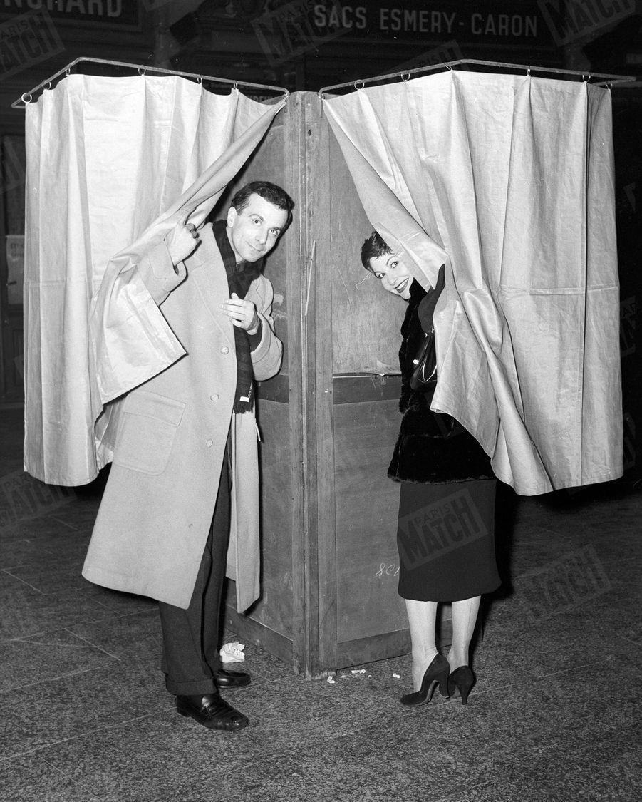 Zizi Jeanmaire et Roland Petit dans une bureau de vote, lors des législatives de janvier 1956.