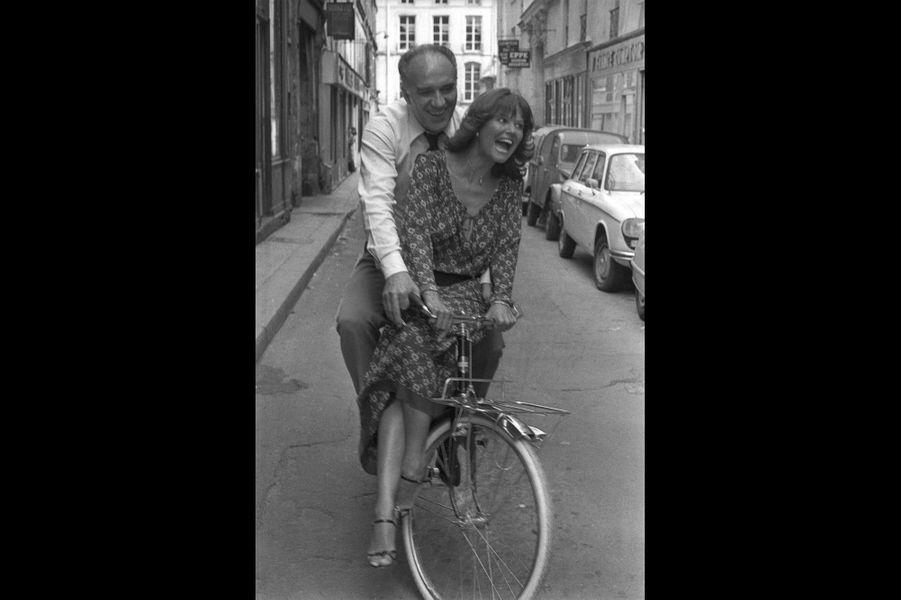 Sur le tournage du film d'Etienne Périer «La part du feu»: Michel Piccoli et Claudia Cardinale.Paris, France. Août 1977.