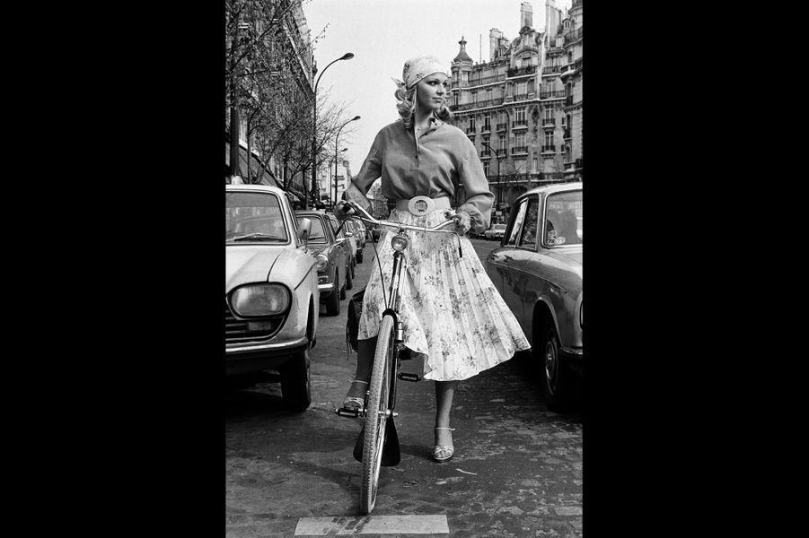 Une Américaine à Paris : Jeane Manson. Paris, France. Mars 1977.