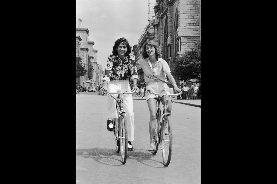 Jean-Michel Jarre et Charlotte Rampling : balade romantique. Paris, France. Août 1980.