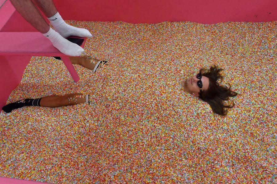 """Les décors hauts en couleur du nouveau """"musée du selfie"""" de Budapest sont taillés sur mesure pour séduire la """"génération Instagram"""" avide de se mettre en scène sur les réseaux sociaux."""